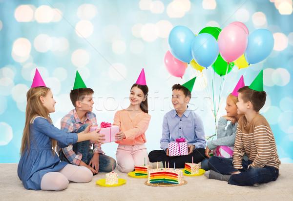 Boldog gyerekek ajándékok születésnapi buli gyermekkor ünnepek Stock fotó © dolgachov