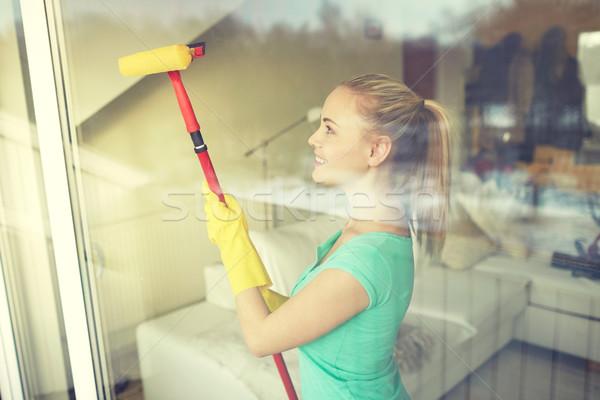 Gelukkig vrouw handschoenen schoonmaken venster spons Stockfoto © dolgachov