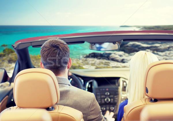 Para jazdy kabriolet samochodu morza brzegu Zdjęcia stock © dolgachov