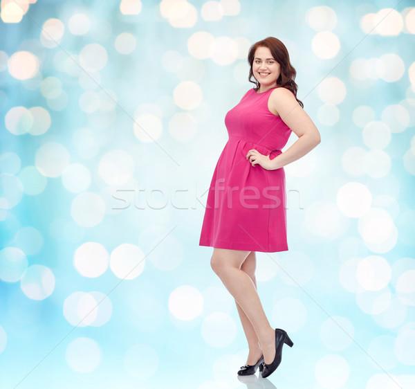 Gelukkig jonge plus size vrouw poseren roze Stockfoto © dolgachov