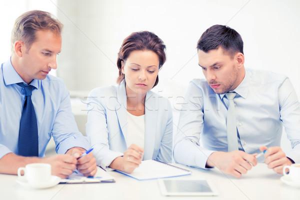 Foto stock: Equipe · de · negócios · discutir · algo · escritório · quadro · negócio