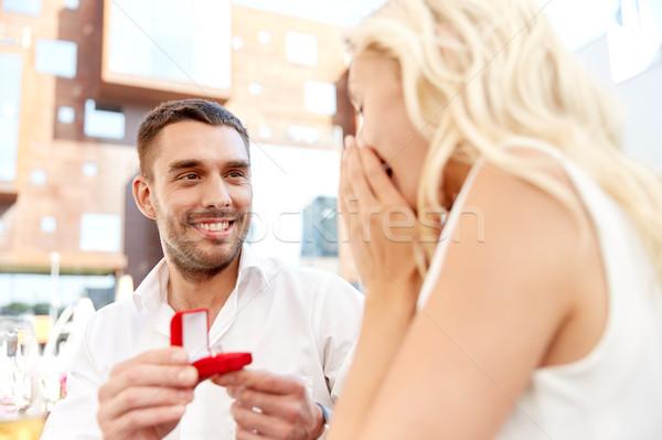 Uomo anello di fidanzamento proposta donna amore Foto d'archivio © dolgachov