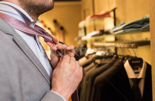 Homem amarrar roupa armazenar espelho Foto stock © dolgachov