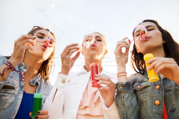 Fiatal nők lányok buborékfújás kint nyári vakáció ünnepek Stock fotó © dolgachov