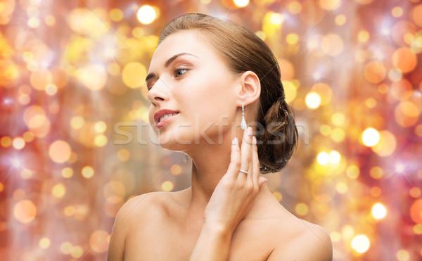 Belle femme bague en diamant boucles d'oreilles beauté luxe personnes Photo stock © dolgachov