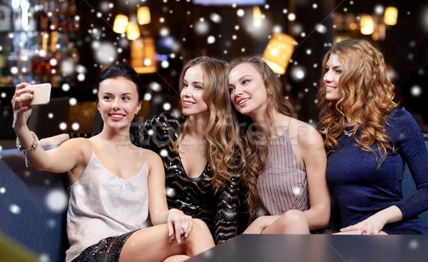 Mujeres toma club nocturno celebración amigos Foto stock © dolgachov