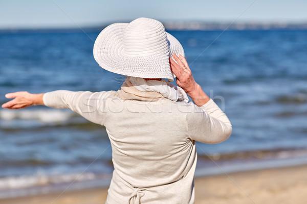 Boldog idős nő szalmakalap nyár tengerpart Stock fotó © dolgachov