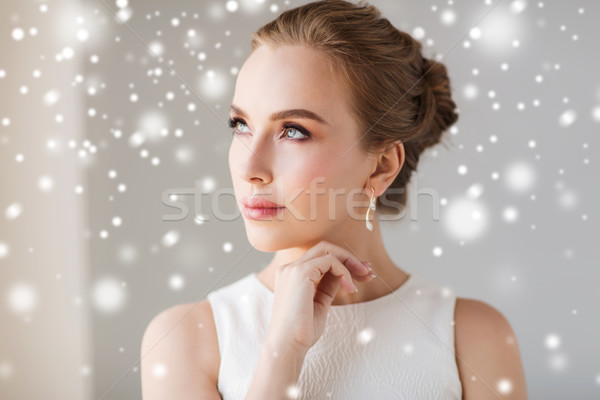 Mujer hermosa blanco diamantes pendiente joyas lujo Foto stock © dolgachov