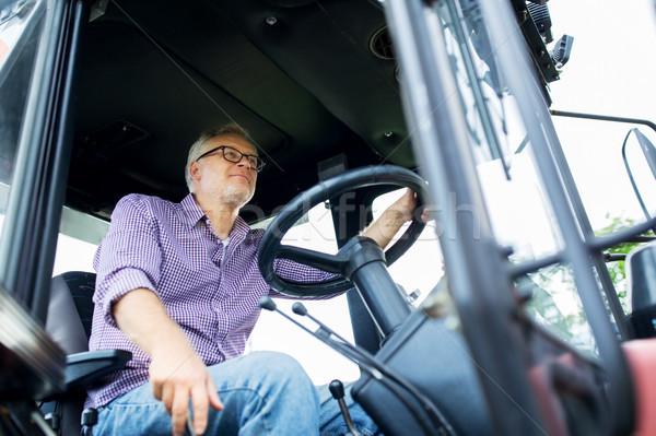 Altos hombre conducción tractor granja Foto stock © dolgachov