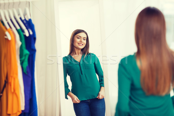 Feliz mulher posando espelho casa guarda-roupa Foto stock © dolgachov
