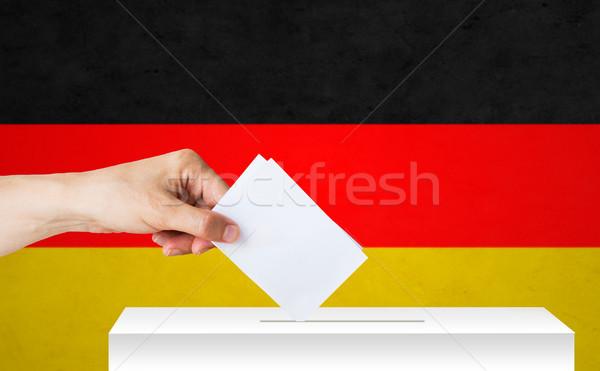 Foto stock: Mão · cédula · caixa · eleição · votação · direitos · civis