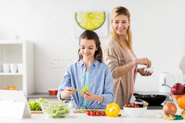 幸福的家庭 烹飪 沙拉 家 廚房 健康飲食 商業照片 © dolgachov