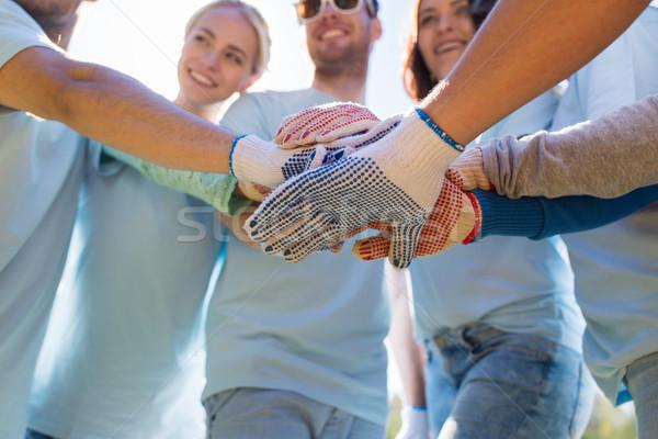 Groupe bénévoles mains haut parc bénévolat Photo stock © dolgachov