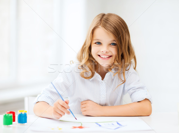 Dziewczynka malarstwo szkoły edukacji sztuki mały Zdjęcia stock © dolgachov