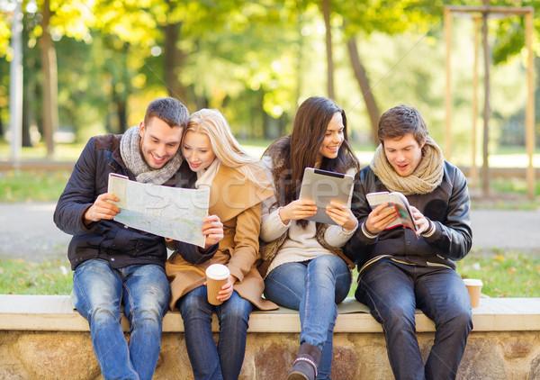 Couples touristiques carte automne parc vacances Photo stock © dolgachov
