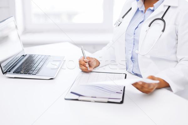 Foto stock: Femenino · médico · escrito · prescripción · salud · médicos
