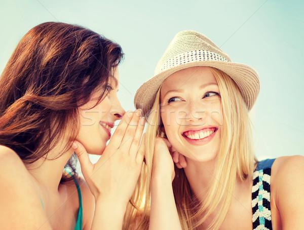 Uma menina outro segredo amizade felicidade pessoas Foto stock © dolgachov