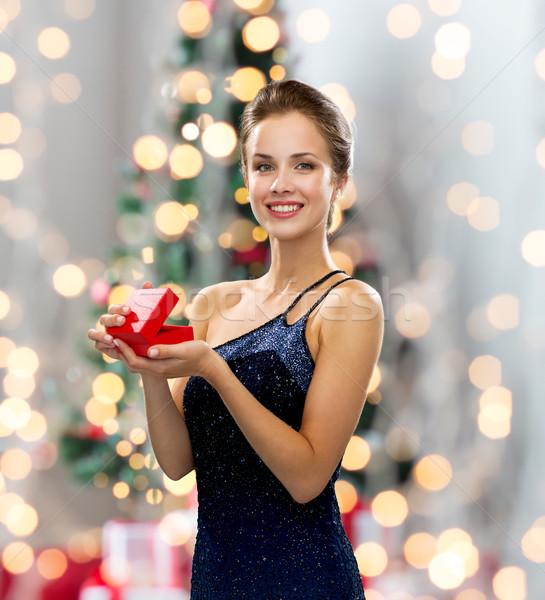 Stock fotó: Mosolygó · nő · estélyi · ruha · piros · ajándék · doboz · ünnepek · ünneplés