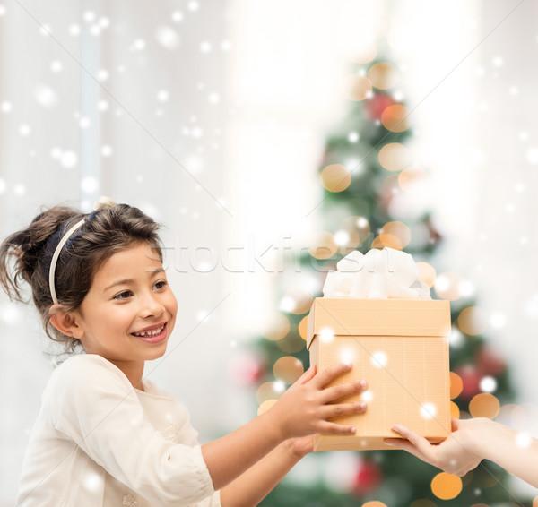Stok fotoğraf: Gülen · küçük · kız · hediye · kutusu · tatil · Noel · çocukluk
