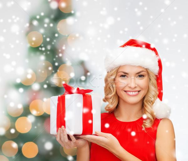 Stockfoto: Glimlachende · vrouw · rode · jurk · geschenkdoos · christmas · vakantie · viering