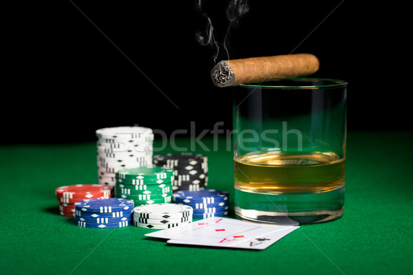 Foto stock: Chips · tarjetas · whisky · cigarro · mesa
