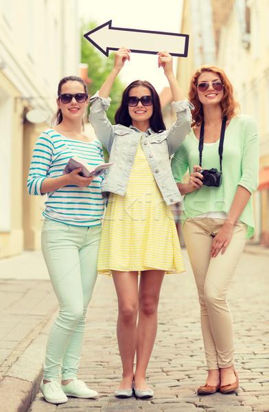 Uśmiechnięty nastolatki biały arrow odkryty turystyki Zdjęcia stock © dolgachov