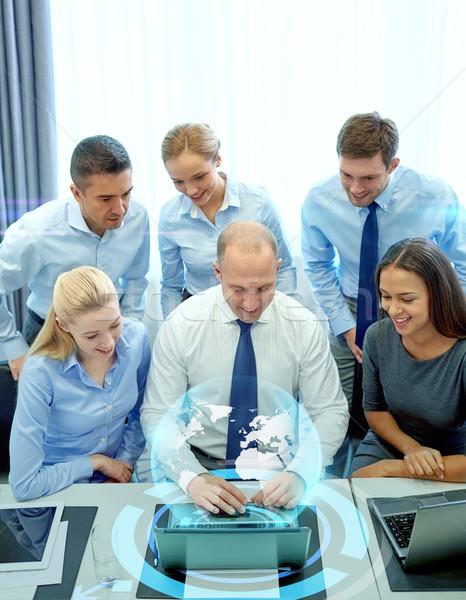 笑みを浮かべて ビジネスの方々  ノートパソコン オフィス 技術 チームワーク ストックフォト © dolgachov
