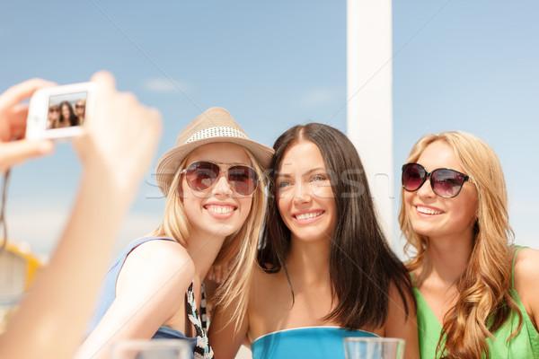 Lányok elvesz fotó digitális fényképezőgép kávézó nyár Stock fotó © dolgachov