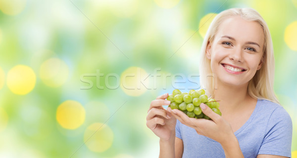 Feliz mujer comer uvas alimentación saludable alimentos Foto stock © dolgachov