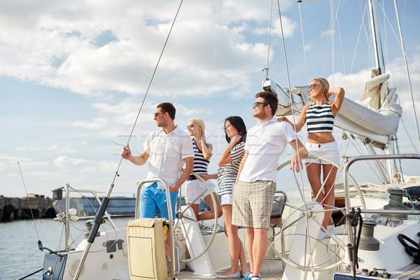 Glimlachend vrienden zeilen jacht vakantie reizen Stockfoto © dolgachov