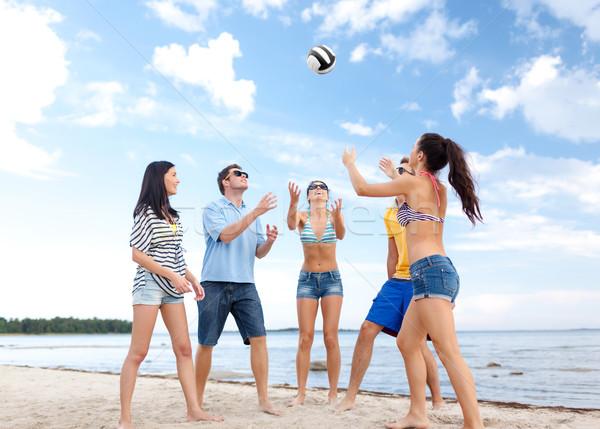 Groep gelukkig vrienden spelen strandbal zomer Stockfoto © dolgachov