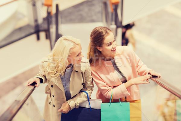 Felice giovani donne mall vendita consumismo Foto d'archivio © dolgachov
