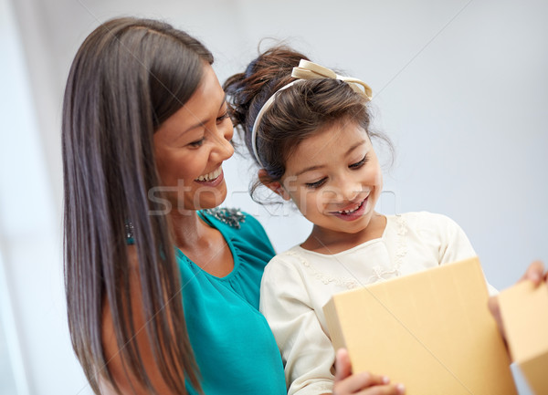 ストックフォト: 幸せ · 母親 · 子 · ギフトボックス · 休日 · 歳の誕生日