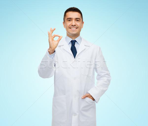 Lächelnd Arzt weiß Mantel Stock foto © dolgachov