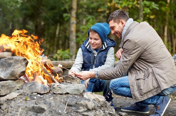 Hijo de padre malvavisco hoguera camping turismo ir de excursión Foto stock © dolgachov