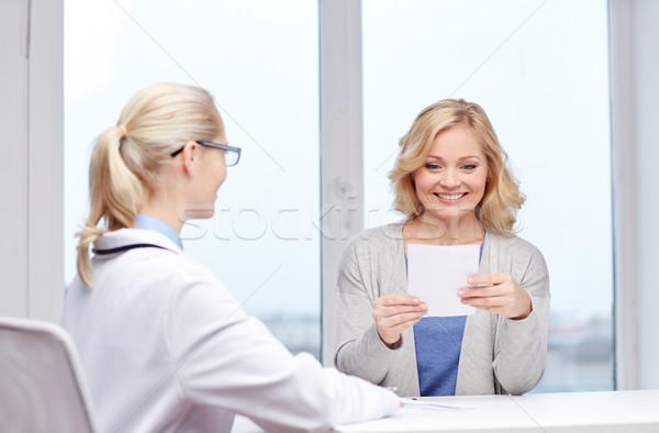 Foto stock: Médico · prescrição · mulher · hospital · medicina