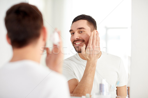 Feliz hombre espuma bano espejo Foto stock © dolgachov