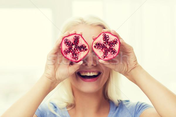 Feliz mujer ojos granada alimentación saludable alimentos orgánicos Foto stock © dolgachov