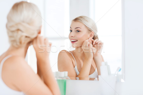 Nő fülbevaló néz fürdőszoba tükör szépség Stock fotó © dolgachov