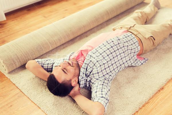 Heureux homme tapis tapis maison personnes Photo stock © dolgachov