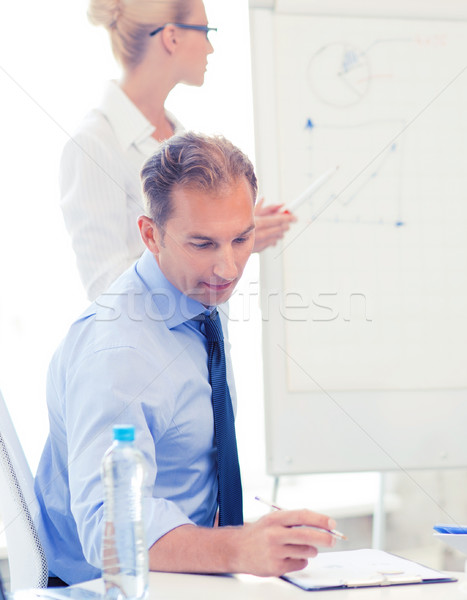 Foto stock: Equipe · de · negócios · discutir · algo · escritório · sorridente · negócio