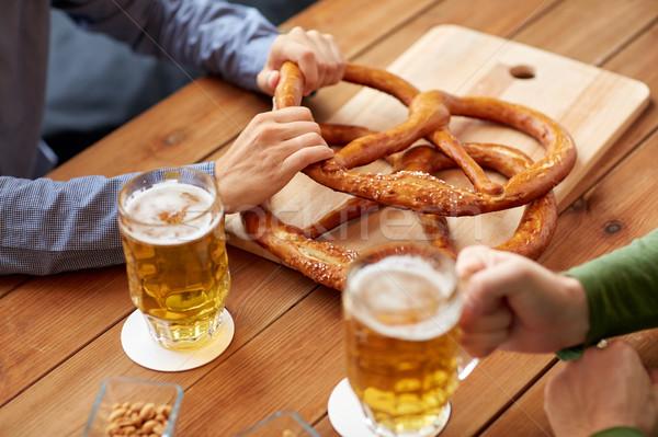 Erkekler içme bira tuzlu kraker birahane Stok fotoğraf © dolgachov