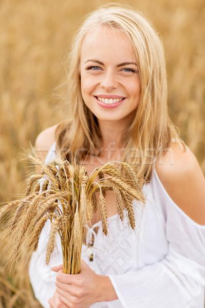 Gelukkig jonge vrouw granen veld land natuur Stockfoto © dolgachov