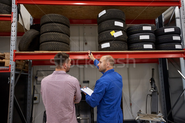 Mécanicien automobile homme pneus voiture magasin Auto Photo stock © dolgachov