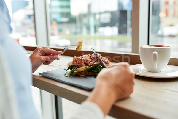 Nő eszik prosciutto sonka saláta éttermi étel Stock fotó © dolgachov