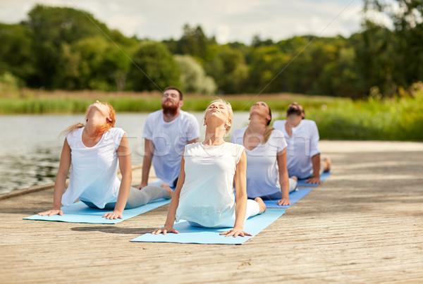 Groupe de gens yoga extérieur fitness sport Photo stock © dolgachov