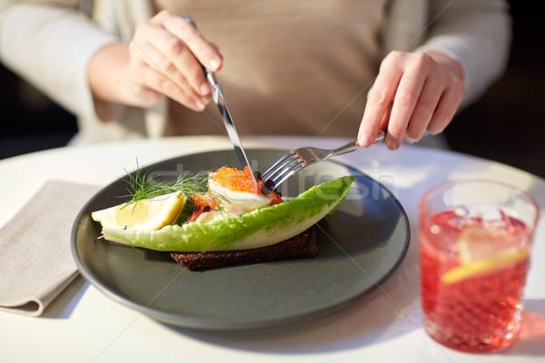 Nő eszik kaviár pirítós éttermi étel új Stock fotó © dolgachov