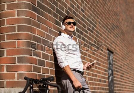 Man fiets smartphone straat lifestyle vervoer Stockfoto © dolgachov