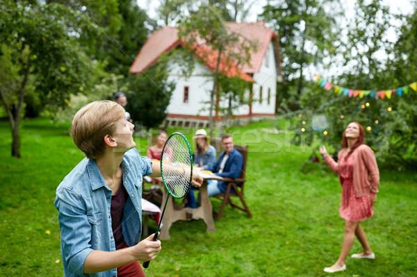 Szczęśliwy znajomych gry badminton lata ogród Zdjęcia stock © dolgachov