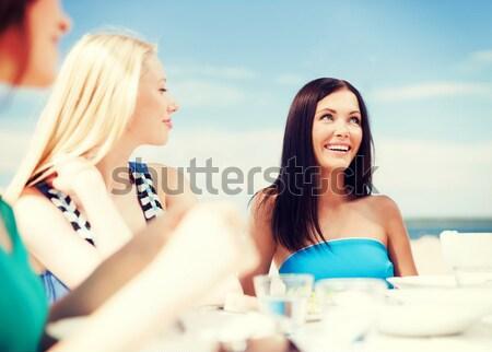 Mutlu içecekler güneşlenme plaj yaz Stok fotoğraf © dolgachov